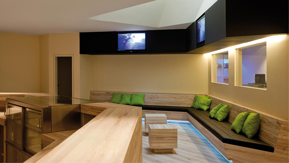 Salón, salas de espera y bar